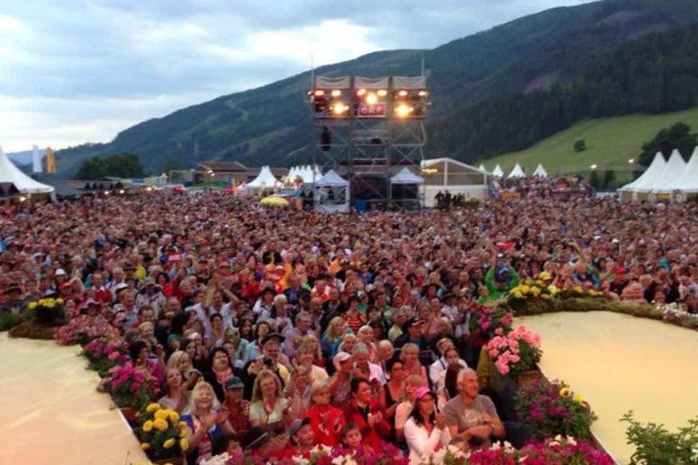 Publikum bei Liveshow der Oktoberfestband Münchner Zwietracht
