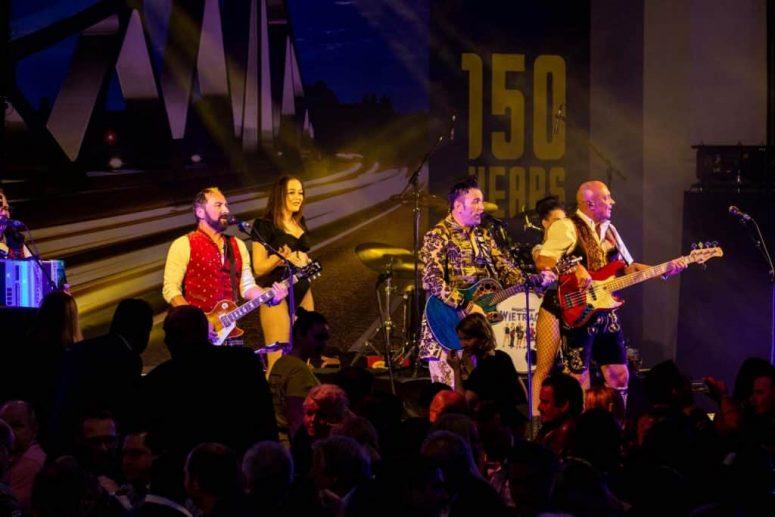 Oktoberfestband München auf Bühne mit Instrumenten
