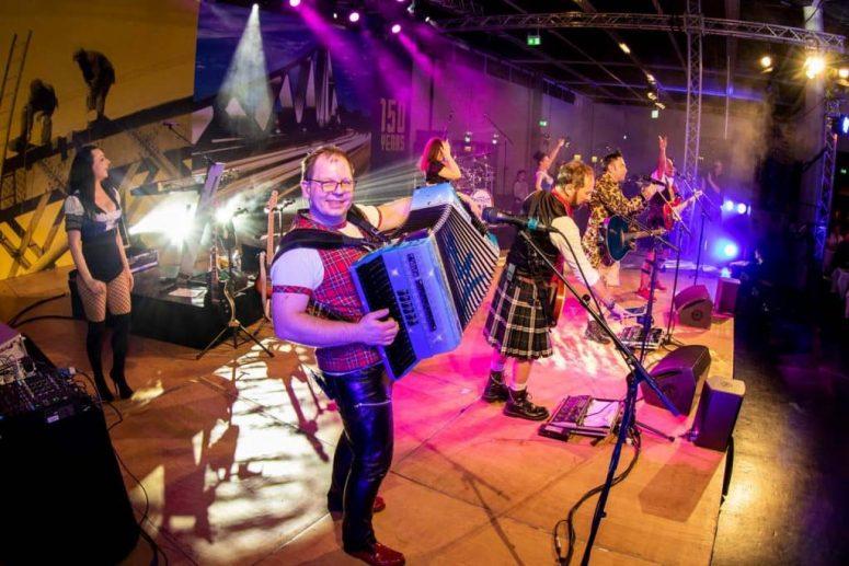 Mann auf Bühne mit Ziehharmonika Oktoberfestband München