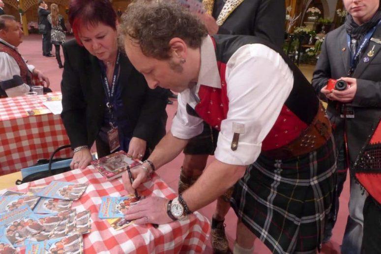 Robert Haslinger gibt Autogramme