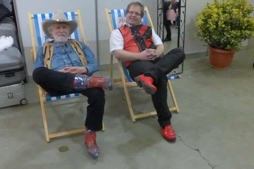 Mitglieder der Münchner Zwietracht backstage im Liegestuhl
