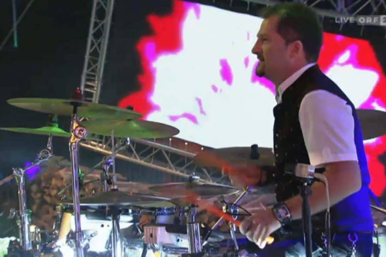 Schlagzeuger Mark Fuhrmann spielt live im Orf Zwei